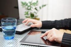 Femme d'affaires à l'aide du comprimé et de l'ordinateur portable d'ordinateur Photos stock