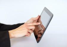Femme d'affaires à l'aide du PC de tablette Photos libres de droits