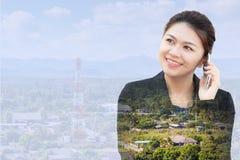 Femme d'affaires à l'aide du téléphone avec l'antenne de communication Photo libre de droits