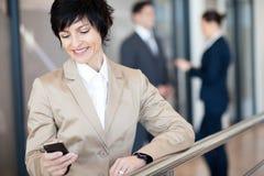 Femme d'affaires à l'aide du téléphone intelligent Image stock