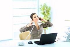 Femme d'affaires à l'appel téléphonique au bureau Photos stock