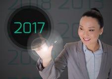 Femme d'affaires à l'arrière-plan digitalement produit touchant 2017 Image libre de droits