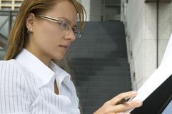 Femme d'affaires à l'extérieur Image stock