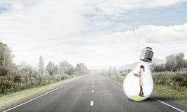 Femme d'affaires à l'intérieur d'ampoule photo stock