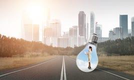 Femme d'affaires à l'intérieur d'ampoule photographie stock libre de droits