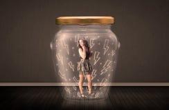 Femme d'affaires à l'intérieur d'un pot en verre avec le concept de dessins de foudre Images stock