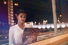 Femme d'affaires à l'intérieur du salon d'aéroport utilisant le comprimé numérique Images libres de droits