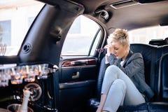 Femme d'affaires à la limousine ayant le jour stressant Photo stock