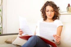 Femme d'affaires à la maison faisant des écritures Image stock