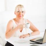 Femme d'affaires à la pause-café photographie stock libre de droits