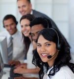 Femme d'affaires à un centre d'attention téléphonique avec son équipe images stock