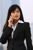 Femme d'affaires à un téléphone Images libres de droits