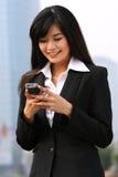 Femme d'affaires à un téléphone Photo stock