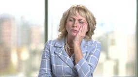 Femme d'affaires âgée par milieu avec le mal de dents terrible banque de vidéos