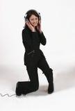 Femme d'affaires écoutant sa musique préférée Image stock