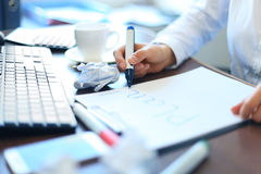 Femme d'affaires écrivant la liste vide de plan Photos stock