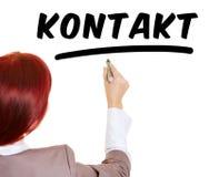 Mot Kontakt d'écriture de femme avec le stylo Photos libres de droits