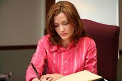 Femme d'affaires écrivant une proposition Photos stock