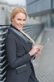 Femme d'affaires élégante à l'aide d'un Tablette-PC Photo libre de droits