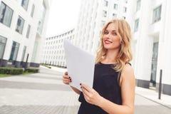 Femme d'affaires élégante avec des documents Symbole de beauté et de succès Photographie stock libre de droits