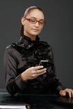 Femme d'affaires élégante de sourire texting Photos libres de droits