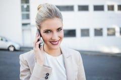 Femme d'affaires élégante gaie ayant un appel téléphonique photographie stock
