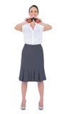 Femme d'affaires élégante heureuse regardant par des jumelles Photographie stock libre de droits