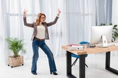 femme d'affaires élégante montrant le signe de paix Photographie stock libre de droits