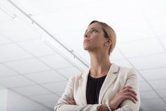 Femme d'affaires élégante pensant au-dessus d'un problème Images libres de droits