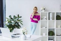 Femme d'affaires élégante réfléchie Image stock