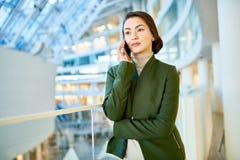 Femme d'affaires élégante Speaking par le téléphone Image stock