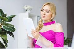 femme d'affaires élégante travaillant avec le comprimé numérique Photo libre de droits