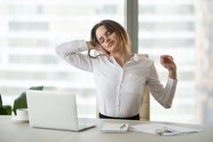 Femme d'affaires épuisée faisant la pause du bout droit sédentaire de travail photos stock