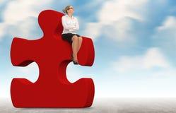 Femme d'affaires établissant un puzzle rouge sur un fond de ciel Photo libre de droits