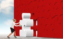 Femme d'affaires établissant un puzzle sur un fond de ciel Images libres de droits