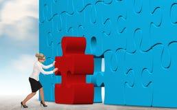 Femme d'affaires établissant un puzzle sur un fond de ciel Photographie stock