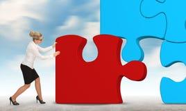 Femme d'affaires établissant un puzzle sur un fond de ciel Images stock
