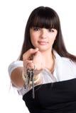 Femme d'affaires étirant des clés Images stock