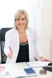 Femme d'affaires étirant la main pour la prise de contact Images stock