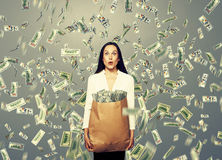 Femme d'affaires étonnée tenant l'argent Photos libres de droits