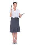 Femme d'affaires étonnée tenant le presse-papiers Photographie stock