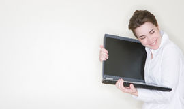 Femme d'affaires étreignant l'ordinateur portatif photos libres de droits