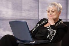 Femme d'affaires aînée à l'aide de l'ordinateur images libres de droits