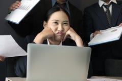 Femme d'affaires accablée avec le dur labeur effort surchargé de douleur de femme burn-out épuisé de secrétaire photos libres de droits
