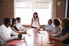 Femme d'affaires Addressing Boardroom Meeting images stock