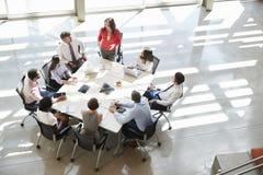 Femme d'affaires adressant la réunion d'équipe, vue élevée image stock