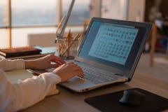 Femme d'affaires adulte travaillant à la maison utilisant l'ordinateur, étudiant des idées d'affaires sur un écran de PC en ligne photo stock