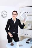 Femme d'affaires affichant des fichiers. Photos libres de droits