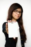 Femme d'affaires affichant la carte vierge d'identification image stock