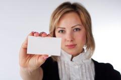 Femme d'affaires affichant le businesscard Photographie stock